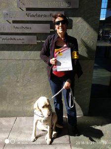 Barbara mit blondem Labrador Retriever Rüden und Zertifikat