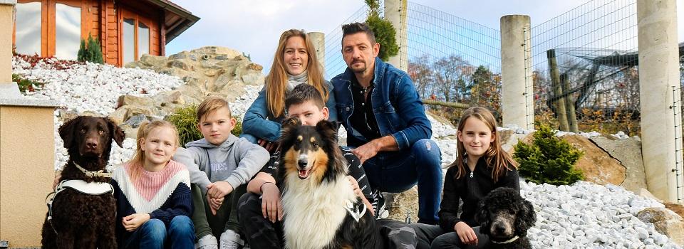 Schulleiterin mit ihrem Mann, vier Kindern und drei Hunde